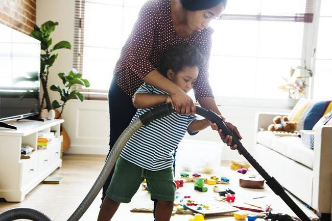 Mách các mẹ 7 bí kíp dạy con cách tự dọn dẹp sau khi bày bừa mà không phải la hét, quát mắng - Ảnh 3.