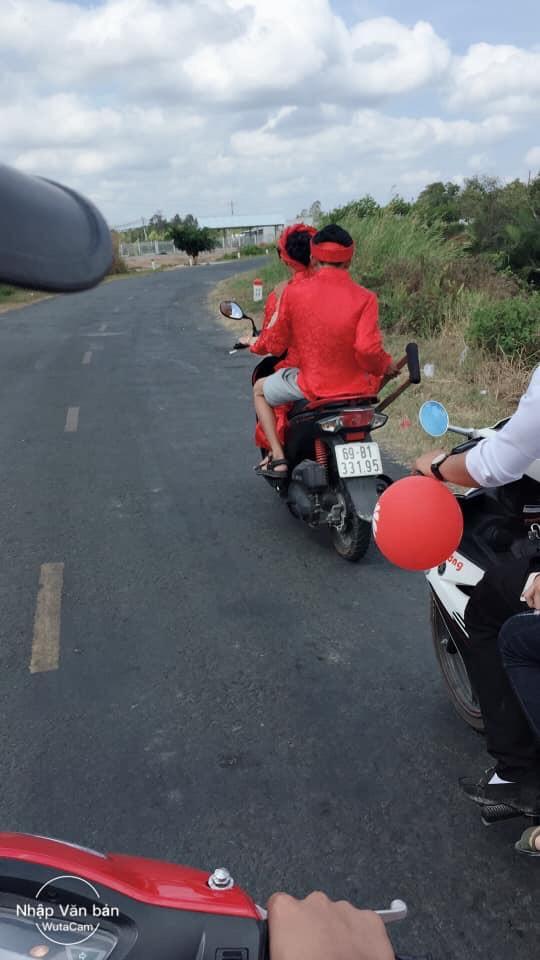 Cô dâu rước chú rể gãy chân bằng xe máy: Cả xóm chạy theo chụp ảnh, rầm rộ cả đường - Ảnh 3.