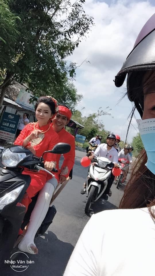 Cô dâu rước chú rể gãy chân bằng xe máy: Cả xóm chạy theo chụp ảnh, rầm rộ cả đường - Ảnh 1.