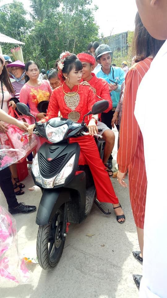 Cô dâu rước chú rể gãy chân bằng xe máy: Cả xóm chạy theo chụp ảnh, rầm rộ cả đường - Ảnh 4.