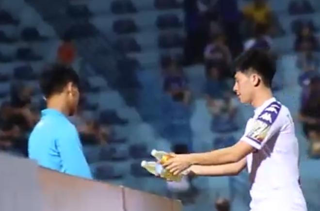 Đang tập luyện, Đình Trọng vẫn tranh thủ chạy đi lấy nước cho cậu bé nhặt bóng đặc biệt - Ảnh 3.