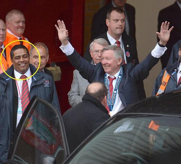 Trưởng bộ phận an ninh của Man Utd đuổi đánh NHM vì bị phân biệt chủng tộc - Ảnh 1.
