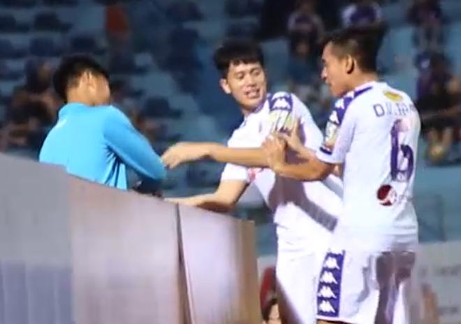 Đang tập luyện, Đình Trọng vẫn tranh thủ chạy đi lấy nước cho cậu bé nhặt bóng đặc biệt - Ảnh 4.