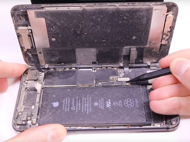 YouTuber mua iPhone 8 đã hỏng với giá 200 USD, sửa xong đẹp không khác gì hàng mới 750 USD - Ảnh 2.