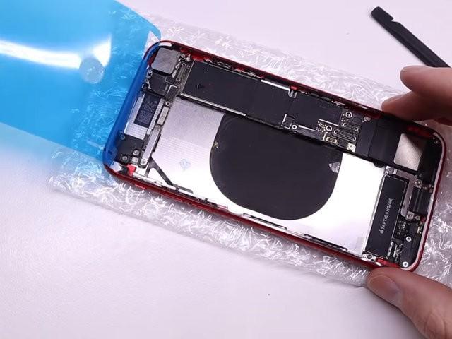 YouTuber mua iPhone 8 đã hỏng với giá 200 USD, sửa xong đẹp không khác gì hàng mới 750 USD - Ảnh 6.