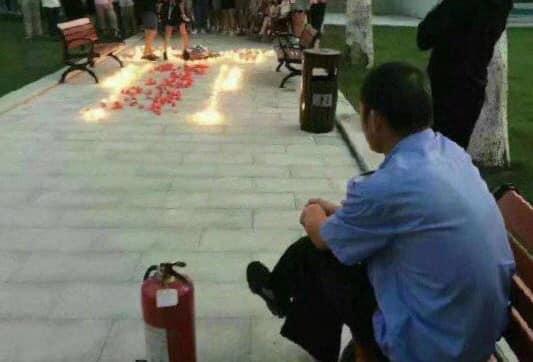 Thanh niên thắp nến tỏ tình ở kí túc xá, bác bảo vệ có tâm chuẩn bị sẵn bình chữa cháy - Ảnh 2.