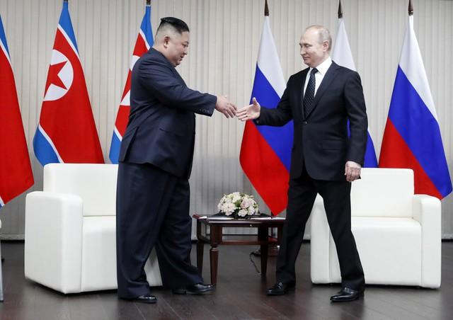 Tay bắt mặt mừng, nhưng Triều Tiên sẽ thất vọng với kế hoạch đưa ông Putin vào cuộc chơi? - Ảnh 1.