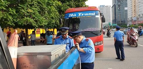 Hà Nội: Khiếp vía xe khách 29 chỗ nhồi nhét 73 người, hành khách nín thở trên xe - Ảnh 1.