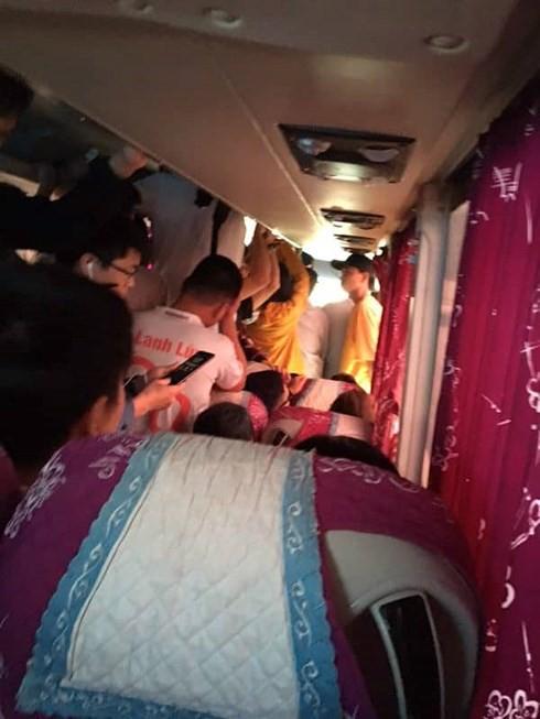 Hà Nội: Khiếp vía xe khách 29 chỗ nhồi nhét 73 người, hành khách nín thở trên xe - Ảnh 2.