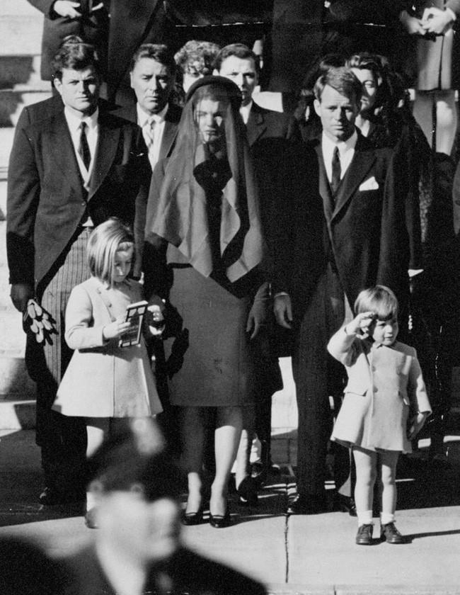 Đã hơn 50 năm, bức ảnh con trai Tổng thống Mỹ giơ tay chào quan tài bố ngay trong ngày sinh nhật vẫn luôn khiến người ta xót xa - Ảnh 2.