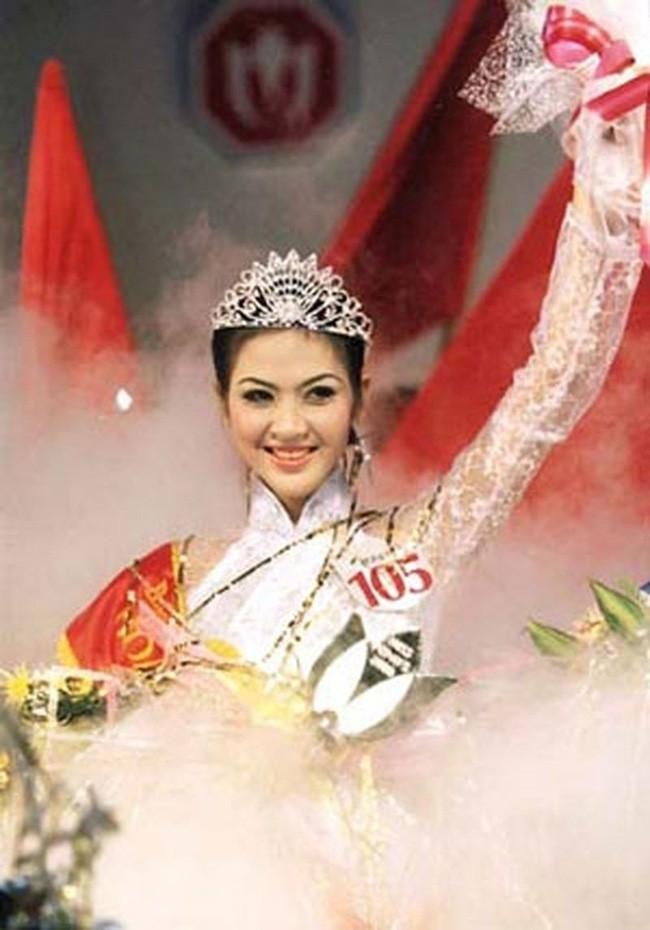 Hoa hậu Việt Nam năm 2000: Từ cô bé bán bánh canh ngoài chợ thành con dâu nhà giàu, nhưng chỉ hai năm đã tan tành giấc mộng lầu hồng - Ảnh 2.