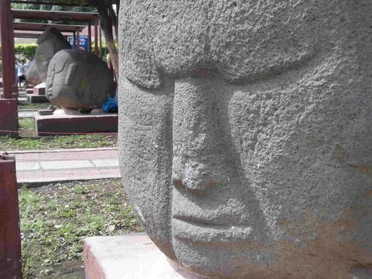 Từ trường bí ẩn bao phủ 10 pho tượng cổ 2.000 năm - Ảnh 1.