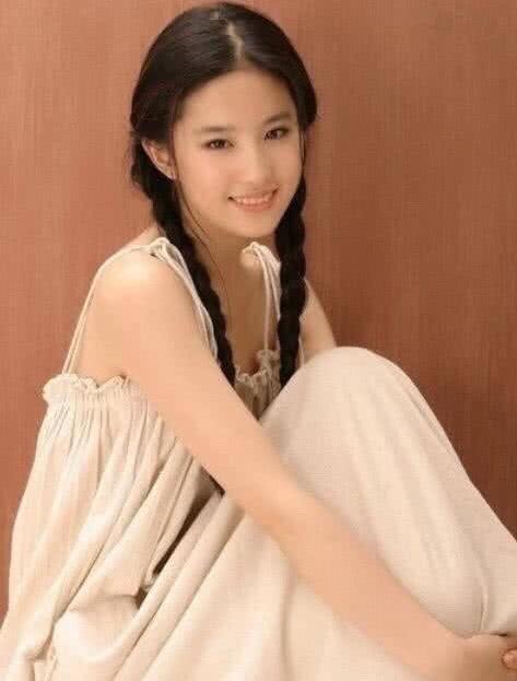 Chương Tử Di 24 tuổi xinh đẹp tựa nữ thần nhưng Lưu Diệc Phi tuổi 17 cũng đâu kém cạnh: Danh thần tiên tỷ tỷ không phải là trò đùa - Ảnh 4.