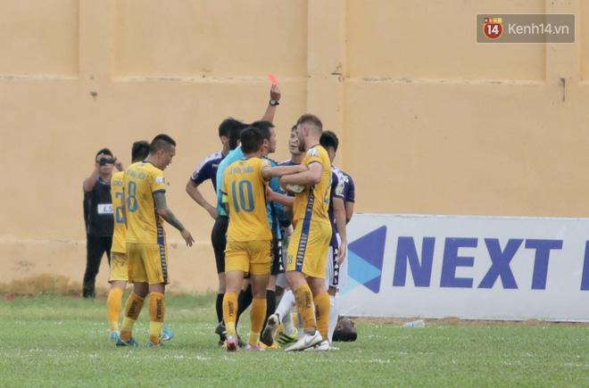 Đình Trọng suy sụp khi nhận thẻ đỏ, Hà Nội FC đối diện với ngày thi đấu kinh hoàng tại Thanh Hóa - Ảnh 3.