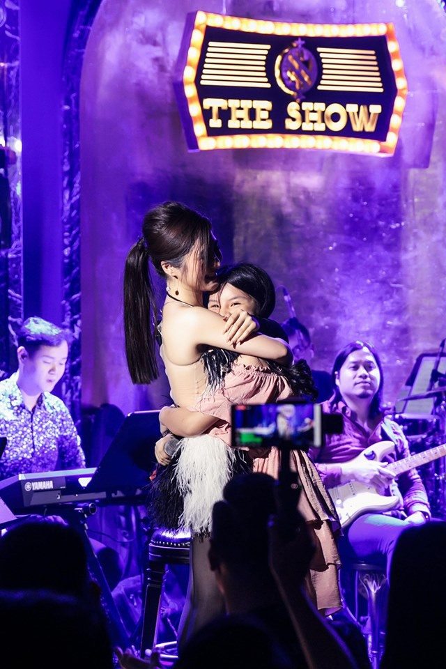 Hương Tràm đổ bệnh, phải tiêm kháng sinh để hát và bật khóc trong show diễn cuối cùng - Ảnh 8.