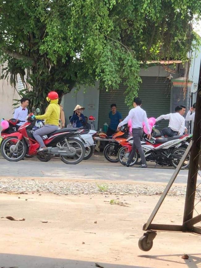 Lập đoàn rước dâu bằng xe máy bóng bay hồng cho ấn tượng, giữa đường chú rể méo xệch mặt vì bị CSGT bắt - Ảnh 1.