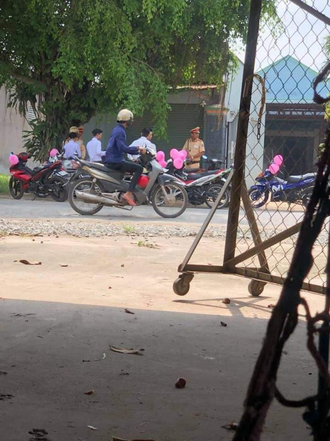 Lập đoàn rước dâu bằng xe máy bóng bay hồng cho ấn tượng, giữa đường chú rể méo xệch mặt vì bị CSGT bắt - Ảnh 2.