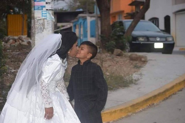 Bức ảnh người phụ nữ kết hôn với một cậu bé lan truyền MXH và sự thật đằng sau khiến nhiều người không khỏi ngỡ ngàng - Ảnh 1.