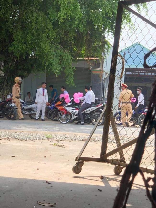 Lập đoàn rước dâu bằng xe máy bóng bay hồng cho ấn tượng, giữa đường chú rể méo xệch mặt vì bị CSGT bắt - Ảnh 3.