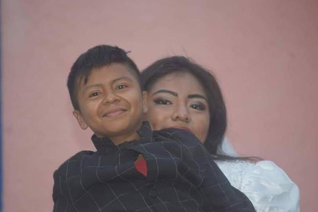 Bức ảnh người phụ nữ kết hôn với một cậu bé lan truyền MXH và sự thật đằng sau khiến nhiều người không khỏi ngỡ ngàng - Ảnh 3.