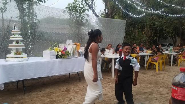 Bức ảnh người phụ nữ kết hôn với một cậu bé lan truyền MXH và sự thật đằng sau khiến nhiều người không khỏi ngỡ ngàng - Ảnh 6.