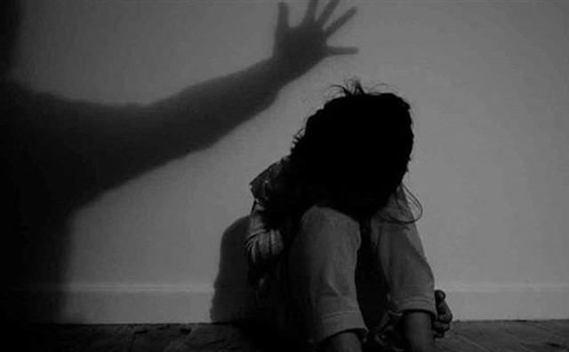 Nhiều lần chứng kiến bố mẹ ân ái, thiếu niên 15 tuổi cưỡng dâm bé gái 7 tuổi - Ảnh 1.