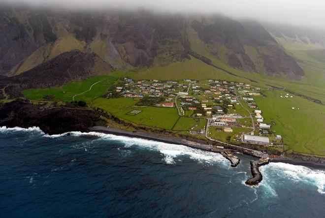 Hòn đảo có người ở cô độc nhất quả đất - Ảnh 1.