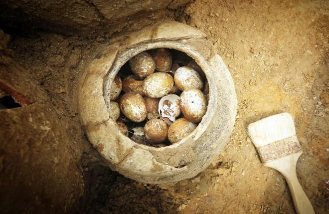 Phát hiện những quả trứng 2.500 tuổi còn nguyên vẹn trong mộ cổ - Ảnh 2.