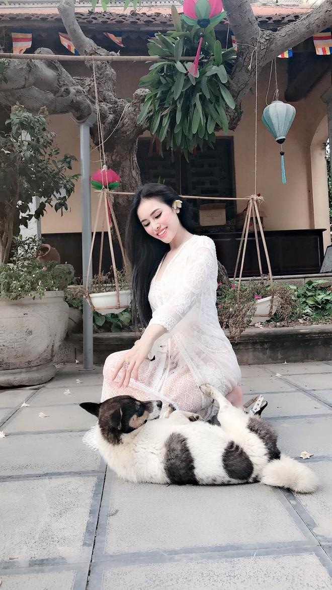 Cựu Á hậu Thư Dung lại khiến cộng đồng mạng nhức mắt, ngán ngẩm vì diện váy ren xuyên thấu vào chùa chụp ảnh - Ảnh 1.