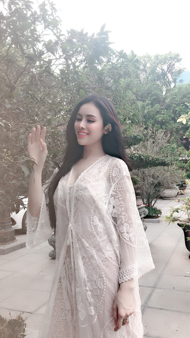 Cựu Á hậu Thư Dung lại khiến cộng đồng mạng nhức mắt, ngán ngẩm vì diện váy ren xuyên thấu vào chùa chụp ảnh - Ảnh 2.
