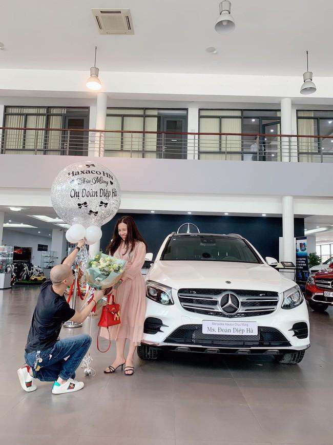 Cặp đôi chịu chi nhất năm: Chồng tặng vợ xe hơi 2,3 tỷ, vài ngày sau vợ lại quả chiếc khác giá 5,6 tỷ - Ảnh 1.