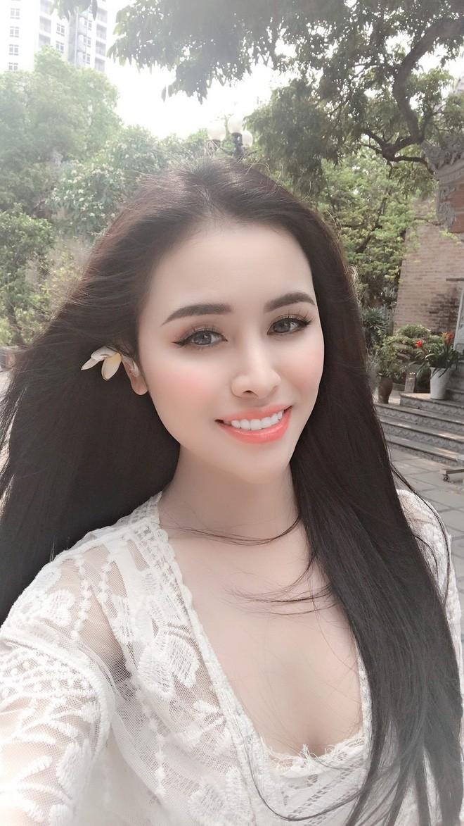 Cựu Á hậu Thư Dung lại khiến cộng đồng mạng nhức mắt, ngán ngẩm vì diện váy ren xuyên thấu vào chùa chụp ảnh - Ảnh 3.