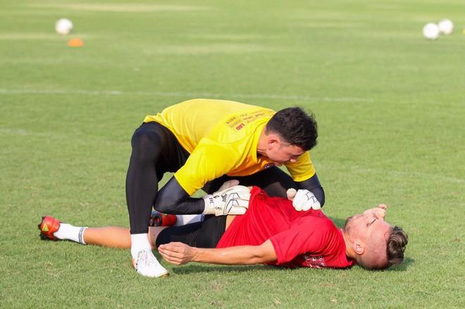 Văn Lâm tập chung với thần tượng kiêm đối thủ là thủ môn số 1 tuyển Thái Lan ngay trước thềm Kings Cup - Ảnh 9.