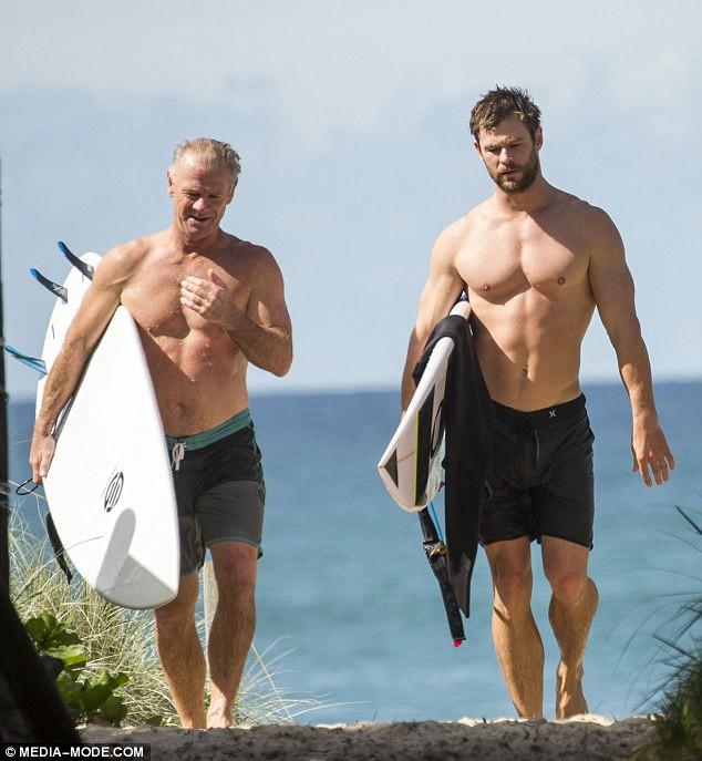 Thân hình bố của Thor Chris Hemsworth bất ngờ gây bão: Ai dè còn chuẩn hơn hàng Úc siêu hot của con trai - Ảnh 1.