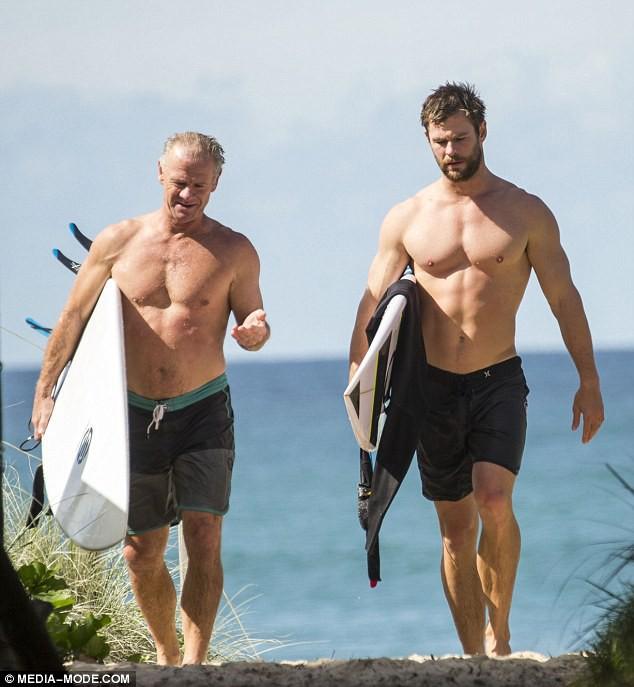 Thân hình bố của Thor Chris Hemsworth bất ngờ gây bão: Ai dè còn chuẩn hơn hàng Úc siêu hot của con trai - Ảnh 2.