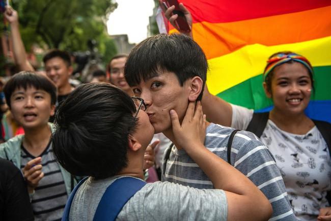 Chùm ảnh: Hàng trăm người vỡ òa cảm xúc khi Đài Loan hợp pháp hóa hôn nhân đồng giới, một lần nữa tình yêu lại giành chiến thắng - Ảnh 2.
