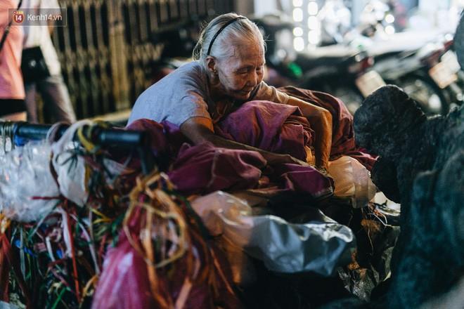 Đời buồn của cụ bà bán hàng rong sống cạnh nhà vệ sinh công cộng ở Hà Nội: Ngày xưa lăn lộn nuôi con, nhưng chúng nó lần lượt ra đi hết rồi... - Ảnh 15.