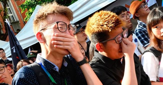 Chùm ảnh: Hàng trăm người vỡ òa cảm xúc khi Đài Loan hợp pháp hóa hôn nhân đồng giới, một lần nữa tình yêu lại giành chiến thắng - Ảnh 11.