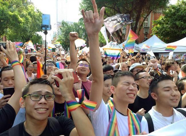 Chùm ảnh: Hàng trăm người vỡ òa cảm xúc khi Đài Loan hợp pháp hóa hôn nhân đồng giới, một lần nữa tình yêu lại giành chiến thắng - Ảnh 12.