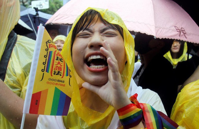 Chùm ảnh: Hàng trăm người vỡ òa cảm xúc khi Đài Loan hợp pháp hóa hôn nhân đồng giới, một lần nữa tình yêu lại giành chiến thắng - Ảnh 13.