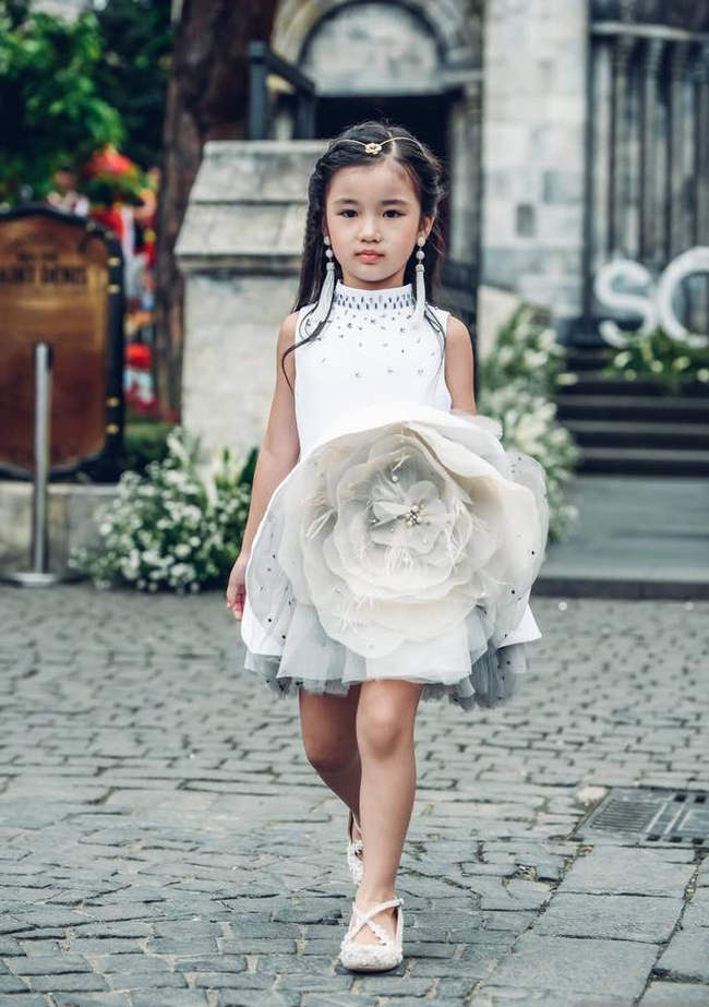 3 mỹ nhân nhí đang hot nhất Vbiz: Bản sao Phạm Hương đóng cảnh nóng năm 13 tuổi đến Hoa hậu Hoàn vũ khi chỉ vừa lên 7 - Ảnh 9.