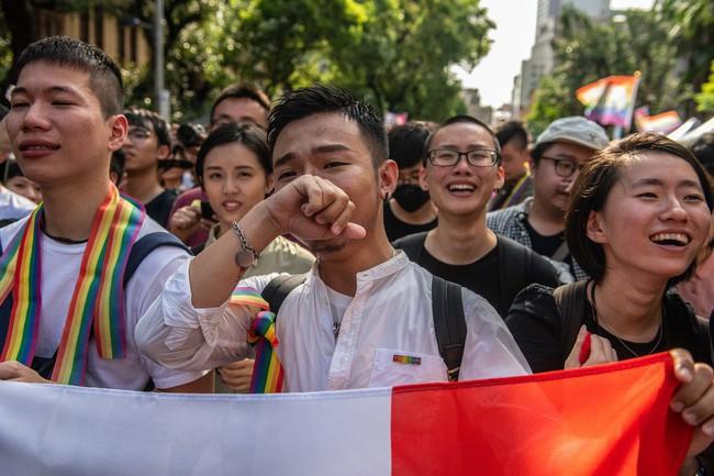 Chùm ảnh: Hàng trăm người vỡ òa cảm xúc khi Đài Loan hợp pháp hóa hôn nhân đồng giới, một lần nữa tình yêu lại giành chiến thắng - Ảnh 8.