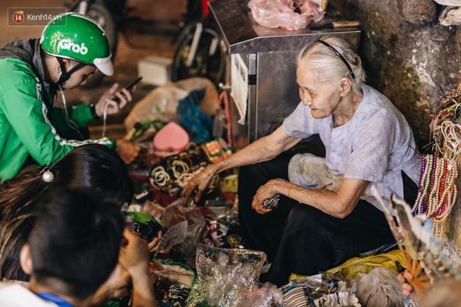 Đời buồn của cụ bà bán hàng rong sống cạnh nhà vệ sinh công cộng ở Hà Nội: Ngày xưa lăn lộn nuôi con, nhưng chúng nó lần lượt ra đi hết rồi... - Ảnh 12.