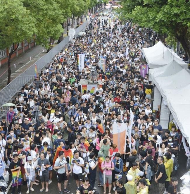 Chùm ảnh: Hàng trăm người vỡ òa cảm xúc khi Đài Loan hợp pháp hóa hôn nhân đồng giới, một lần nữa tình yêu lại giành chiến thắng - Ảnh 10.