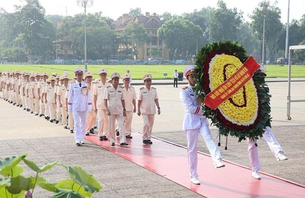 Lãnh đạo Đảng, Nhà nước đặt vòng hoa và vào Lăng viếng Bác - Ảnh 1.