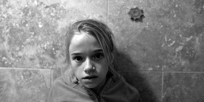 Bi kịch tuổi thơ đầy u tối của cô gái sau khung cửa sổ và những hậu quả đau đớn khiến em phải gánh lấy cả cuộc đời sau này - Ảnh 1.