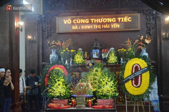 Xuân Bắc và nhiều nghệ sĩ nhà hát kịch Việt Nam bật khóc xót xa trong tang lễ đồng nghiệp vụ tai nạn hầm Kim Liên - Ảnh 1.