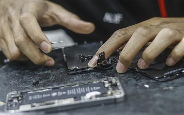 Apple cảnh báo: Người dùng tự ý sửa chữa iPhone có thể rước hoạ vào thân - Ảnh 1.