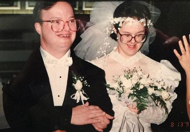 Chuyện tình 25 năm đầy cảm động của đôi vợ chồng mắc hội chứng Down và những năm tháng phải đấu tranh giành lấy hạnh phúc - Ảnh 1.
