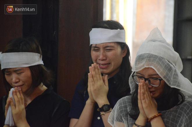 Xuân Bắc và nhiều nghệ sĩ nhà hát kịch Việt Nam bật khóc xót xa trong tang lễ đồng nghiệp vụ tai nạn hầm Kim Liên - Ảnh 13.